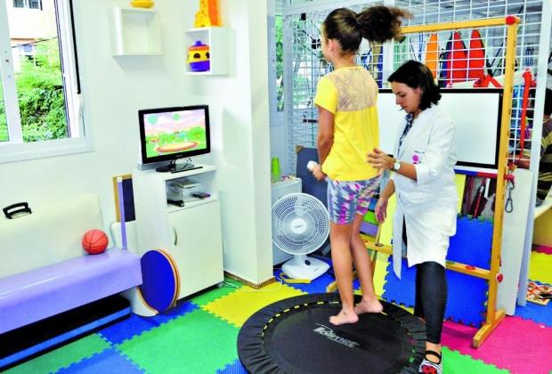 Remediando. Na fisioterapia, as crianças desenvolvem as capacidades que não desenvolveram no dia a dia